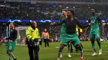 BERTEMBUNG LAGI: Pemain Hotspur meraikan kemenangan mereka ke atas Manchester City pada aksi suku akhir perlawanan kedua Liga Juara-Juara di Stadium Etihad pada 17 April lalu. — Gambar AFP