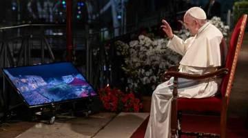 PERARAKAN: Pope Francis merestui para penganut Kristian semasa Via Crucis di Colosseum Colosseo, Colisee di Rom, kelmarin. — Gambar AFP