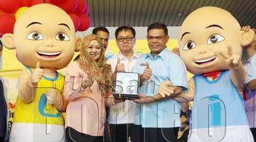 SAIFUDDIN (kanan) menerima cenderahati selepas melancarkan Karnival Jualan Pengguna - Beli Barangan Malaysia Peringkat Negeri Sabah 2019.