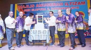 LIEW (lima, kanan) ketika merasmikan Majlis Anugerah Iltizam SMK Elopura 2.