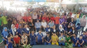 PENGUNJUNG dan warga sekolah merakam gambar kenangan bersama tetamu kehormat semasa Program Hari Mesra Rakyat di Sekolah Kebangsaan (SK) Sacred Heart.