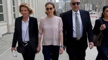 MENGAKU SALAH: Gambar fail bertarikh 8 April lalu menunjukkan Bronfman (tengah) tiba untuk pendengaran pendakwaan di Mahkamah Persekutuan Brooklyn di New York. — Gambar Reuters