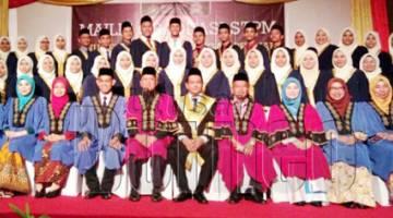 MALEK Mohd Shafdar (tengah) bersama guru-guru dan pelajar Tingkatan Enam 2018 SMK Kunak Jaya sempena Majlis Graduasi meraikan kecemerlangan pelajar.