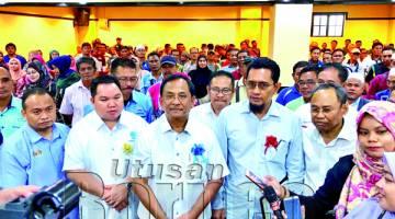 JAUJAN (tengah) ketika sidang media selepas merasmikan Mesyuarat Agung Tahunan Persatuan Nelayan Kawasan Semporna.
