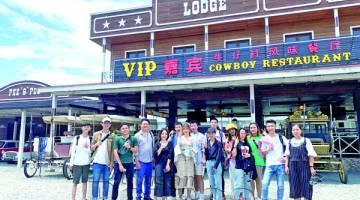 PARA pelajar merakam gambar kenangan di Sabandar Cowboy Town.