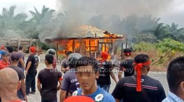 BANTAH: Pondok pengawal ladang yang dibakar penduduk.