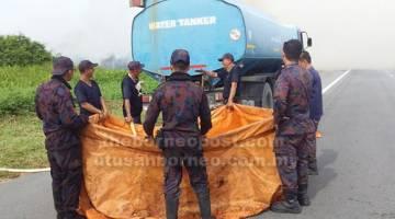KAWAL: Pasukan bomba negara Brunei mengisi air untuk kaedah 'water bombing' bagi memadamkan api yang marak membakar hutan berhampiran sempadan antarabangsa.