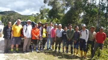 TUNTUT JAWAPAN: Gerawat (tujuh kanan) bersama yang lain meninjau projek jalan kampung Lungan yang dinaik taraf di  bawah Agensi Pembangunan Tanah Tinggi (HDA) di Pa Lungan semalam.
