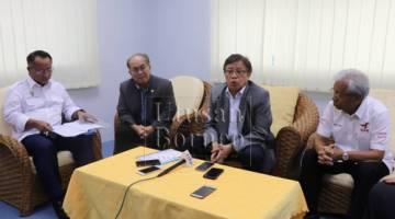 Abang Johari pada sidang media hari ini bersama Masing (kanan) dan Uggah (dua kiri).