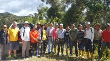 Gerawat (tujuh kanan) bersama yang lain ketika meninjau projek jalan kampung yang dinaik taraf di bawah Agensi Pembangunan Tanah Tinggi (HDA) di Pa Lungan hari ini.