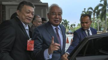 DIBICARAKAN: Najib (tengah) meninggalkan Kompleks Mahkamah Kuala Lumpur selepas perbicaraan kes SRC International Sdn Bhd yang membabitkannya, semalam. — Gambar Bernama