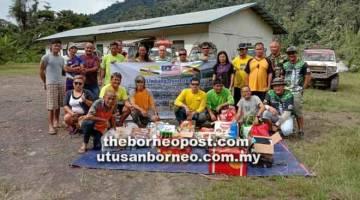 MISI KEBAJIKAN: Jonidi (duduk tiga kiri) bergambar bersama Kelab Kubu 4x4 dan Adventure, Pacuan Empat Roda Lawas dan Pasukan TTK 4x4 Brunei.