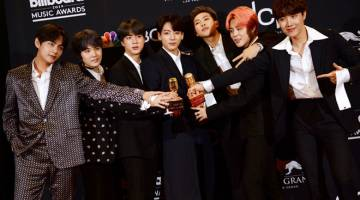 PENGIKTIRAFAN: Kumpulan BTS bersama anugerah yang dimenangi mereka semasa  Billboard Music Awards  2019 di MGM Grand Garden Arena, Las Vegas kelmarin.  — Gambar AFP