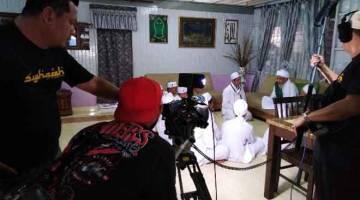 DI LOKASI: Penerbit Syahadah Mohd Zuramin Ismail bersama jurukamera merakamkan salah satu babak dalam episod Legasi Anbiya.
