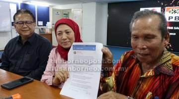 JAKU TUDUH: Nancy (tengah) enggau Sili mandangka jaku ba Facebook. Dipeda Nanta (kiba). — Gambar Hiew Man Chien
