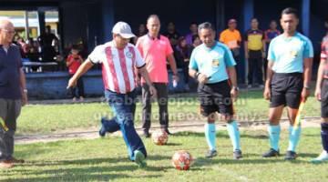 MULAKAN: Stanley melakukan sepak mula antara Pasukan JSJ/JSJK dan JPJKK/Sibu Jaya.