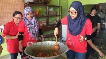 SEDAP: Syuhaira (kanan) menunjukkan kemahirannya memasak menu istimewa buat penduduk kampung.