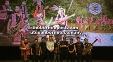 KINI DISIARKAN: Braden (empat kanan) bersama Pengurus King's Trioplex Tang Chiok King (empat kiri), jurukamera muzik video Qooway Lau (tiga kirI) dan ahli kumpulan Etnik Revolution dan kru yang menjayakan muzik video  'Cai Cer Ruai'.