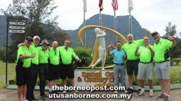 'TUKAR ANGIN': John Hunter (tiga kanan) bersama rakannya dari Australia serta Roslan (empat kanan) pada perlawanan golf persahabatan di DGCC.
