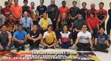 BENGKEL OLAHRAGA: Peserta bengkel olahraga bersama Hendrik (duduk tiga kanan), Noraseela (depan, empat kiri), Andre (duduk dua kiri) dan Ahmad (duduk tiga kiri) di Kuching.