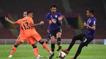 KEKANG GERAKAN: Pemain Johor Darul Takzim (JDT) Diogo Luis Santo (tengah) dan Adam Nor Azlin (kanan) cuba mengawal bola dari pemain pasukan PKNS FC Surendran Ravindran (kiri) pada perlawanan Liga Super 2019 di Stadium Shah Alam, kelmarin. — Gambar Bernama