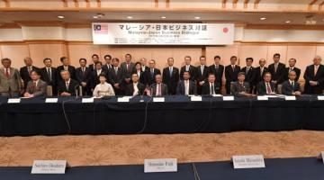 ERAT SILATURRAHIM: Tun Dr Mahathir (duduk, lima kiri) bergambar bersama peneraju industri pada Dialog Perniagaan Malaysia-Jepun anjuran bersama Lembaga Pembangunan Pelaburan Malaysia (MIDA) dan Pertubuhan Perdagangan Luar Jepun (Jetro) semalam. — Gambar Bernama