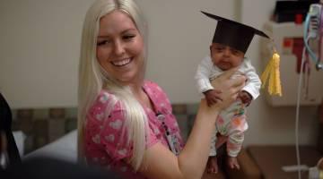 COMEL: Gambar serahan Hospital untuk Wanita dan Bayi Baharu Lahir Sharp Mary Birch kelmarin menunjukkan seorang jururawat mengendong Saybie sebelum dibenarkan keluar dari NICO diSan Diego, California. — Gambar AFP