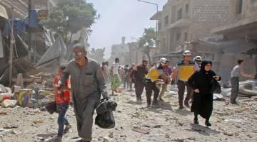 MANGSA BOM: Anggota Pertahanan Awam Syria mengangkat lelaki yang cedera dengan pengusung ketika penduduk melarikan diri selepas pengeboman ke atas bandar Maaret al-Numan di wilayah Idlib yang dikuasai pejuang jihad semalam. — Gambar AFP