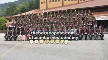KURSUS: Para penerima sijil bergambar bersama Tengku Zulpuri Shah (sepuluh kiri) serta pegawai-pegawai kanan JPSM, JHS  dan pensyarah di FORTRAIN.