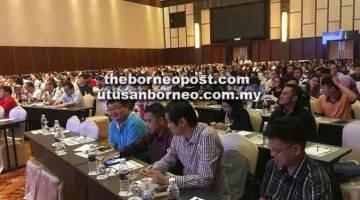 FOKUS: Sebahagian daripada para peserta dan wakil pihak industri menumpukan perhatian mengenai pembentangan bertajuk 'Analisa Penguatkuasaan dan Pematuhan Peraturan-Peraturan Kualiti Alam Sekeliling (Buangan Terjadual) 2005 di Sarawak' oleh Zaharizam.