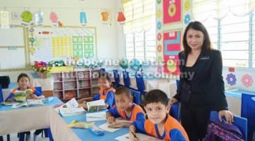 PANTAU: Penyelia Pembimbing Program Pemantapan Budaya PAK-21, Jacqueline Martin memantau program di SK Sungai Selidap.