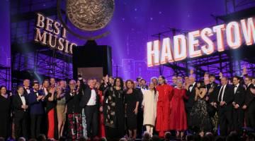 MENANG BESAR: Barisan pelakon dan kru muzikal 'Hadestown' menerima anugerah Muzikal Terbaik.  — Gambar Reuters