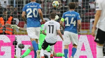 BERPESTA GOL: Reus menjaringkan gol pembukaan perlawanan ketika membantu Jerman membelasah Estonia pada aksi kelayakan Euro 2020 di Mainz, Jerman kelmarin. — Gambar AFP