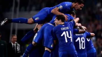 PERMULAAN HEBAT: Para pemain Itali meraikan jaringan Verratti (tidak kelihatan) pada perlawanan kelayakan Euro 2020 menentang Bosnia di Stadium Allianz, Turin kelmarin. — Gambar AFP