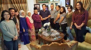 JAMU SELERA: Rahman (enam kiri) menjamu kuih kepada pemilik Borneo Empurau Farm Sdn Bhd Dato Yong Fook Heng sambil disaksikan isteri Rahman, Datin Sadiah Morsidi (lima kiri) dan tetamu lain.
