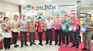 GOH (lima kanan), Susan  (lima kiri) dan jawatankuasa penganjur menunjukkan trofi, pingat dan panji-panji untuk Perlumbaan Perahu Naga Antarabangsa Keenam FCAS Sabah 2019.