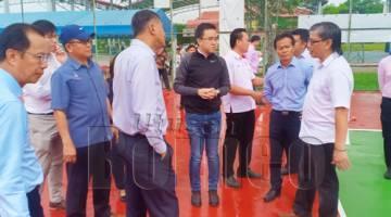 PHOONG (tengah) semasa melawat gelanggang luar dewan KSKK.