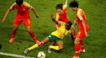 KAWALAN KETAT: Sebahagian daripada babak-babak aksi perlawanan Piala Dunia Wanita di antara Afrika Selatan dan China di Parc des Princes. — Gambar Reuters