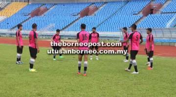 SESI LATIHAN: Barisan pemain Kuching FA menjalani sesi latihan di Stadium Sarawak, Petra Jaya semalam sebagai persiapan menghadapi SAMB FC malam ini.