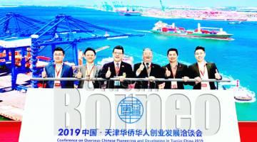OH (tiga kiri) bersama rombongan merakamkan gambar kenangan ketika berada di Tianjin Expo.