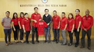 JINGULAM (lima dari kiri) menyampaikan baju rasmi United Malaysia kepada Phoong. Turut bersama ialah  Faurillo (lima dari kanan) dan ahli kelab.