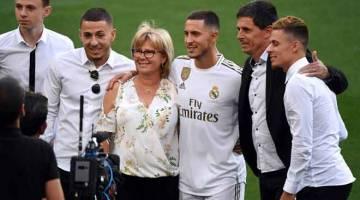 PERJALANAN BAHARU: Hazard (tengah) bergambar dengan ahli keluarganya semasa sesi pengenalan rasmi sebagai pemain baharu Real Madrid di Stadium Santiago Bernabeu. — Gambar AFP