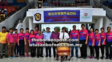 BERMULA TEMASYA: Ting (tengah) merasmikan Kejohanan Olahraga Tahunan SMK Tung Hua di Sibu, semalam.