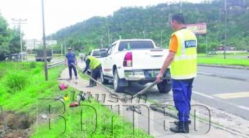 KAKITANGAN Jabatan Air bersama Salcon Engineering dan kontraktor melakukan kerja-kerja memotong sambungan air haram.