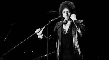 FILEM KEDUA BOB DYLAN DARIPADA SCORSESE: Gambar fail yang diambil pada 4 Julai 1978 ini menunjukkan Bob Dylan membuat persembahan di  Pavillon de Paris. Drama dokumentari baharu daripada pengarah filem AS Martin Scorsese berjudul 'Rolling Thunder Revue', yang ditayangkan di Netflix, menceritakan tentang salah satu jelajah konsert penyanyi itu yang paling pelik – jelajah jalanannya di Amerika Syarikat pada 1975 yang memiliki keseronokan sebuah pertunjukan perubatan pada zaman silam diekori kru kamera. — Gamb