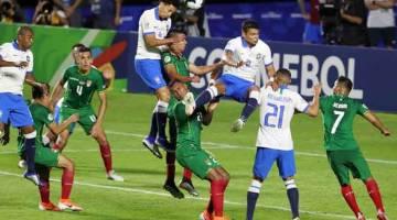 TINGGI DI UDARA: Sebahagian daripada babak-babak aksi perlawanan Copa America Kumpulan A di antara Brazil dan Bolivia yang berlangsung di Stadium Morumbi di Sao Paulo Brazil. — Gambar Reuters