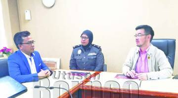 JUNZ (kanan), Syarikat Ritz Corporate Holding Managing Director Dato Ibrahim Yahaya(kiri), Hajah Julia (tengah) semasa dalam kunjungan daripada Syarikat Ritz Corporate Holding Berhad.