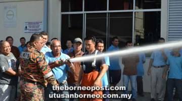 CUBA: Seorang kakitangan sedang diajar oleh anggota bomba untuk mengendalikan hos air yang betul untuk memadamkan kebakaran.