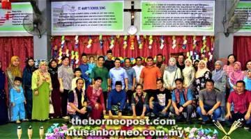 RAIKAN BERSAMA: Azmee (mencangkung, tiga kiri) bersama Morris (mencangkung, empat kiri) menyempurnakan upacara 'ngiling bidai' di SK St Mary, Sibu semalam.