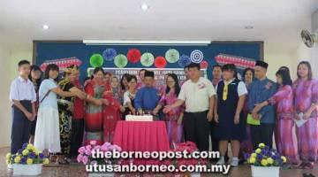 RASMI: Barisan tetamu kehormat menyempurnakan upacara memotong kek pada sambutan Hari Guru, Hari Gawai dan Hari Raya Aidilfitri serta Program RIMUP 2019 di SJKC Su Lee, Sarikei semalam.